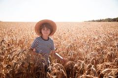 Barndom i fältet Arkivbilder