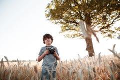 Barndom i fältet Arkivfoton