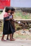 Barndom i Indien slumkvarter Arkivbilder