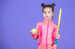 Barndom och aktiva lekar Sportuppfostran Liten cutie gillar tennis Litet behandla som ett barn den sportiga leken för dräktlekten arkivbilder