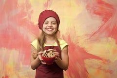 Barndom och lycka, matlagning och äta, bageri, kalori och banta royaltyfria bilder