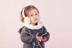 barndom och lycka vinterungemode barnfadergyckel som har att leka tillsammans le för liten flickabarn Liten lycklig flicka Mening royaltyfria bilder
