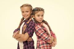 Barndomlycka kamratskap och systerskap litet ungemode Barns dag tillbaka skola till sm? flickabarn royaltyfria bilder