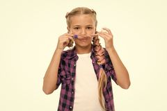 Barndomlycka litet ungemode Internationella barns dag litet flickabarn med perfekt h?r Lyckligt litet royaltyfria foton