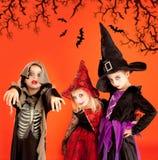 barndräktflickor grupperar halloween Arkivbild