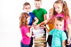 Barnen är intresserade i böcker Arkivfoton