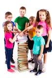 Barnen är intresserade i böcker Arkivfoto