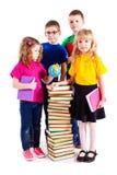 Barnen är intresserade i böcker Royaltyfria Bilder