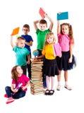 Barnen är intresserade i böcker Royaltyfri Fotografi
