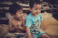 Barnen, i att spela för fiskeläge Arkivfoto