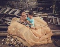 Barnen, i att spela för fiskeläge Royaltyfria Bilder