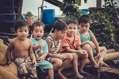 Barnen, i att spela för fiskeläge Royaltyfri Fotografi
