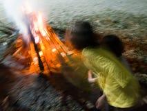 Barnen med brand som campar på natten Royaltyfria Bilder