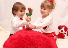 Barnen på valentin dag Arkivbilder