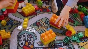Barnen samlar märkes- händer N?rbildh?nder Teamwork Modern utbildning, barns utveckling som är idérik lager videofilmer