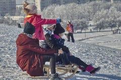 Barnen som förbereder sig att stiga ned från kullen arkivbilder