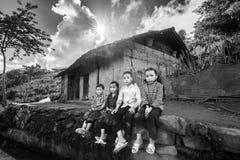 Barnen som sitter på tröskeln arkivfoton