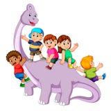 Barnen som spelar och, får in i saurolophuskroppen och någon od dem som rymmer hans hals det stock illustrationer