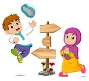 Barnen spelar nära trävägvisaren vektor illustrationer