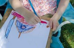 Barnet är att måla som är utomhus- Royaltyfria Foton