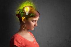 Barnet är besvärad att tänka av grön ecoenergi med lightbulben Fotografering för Bildbyråer