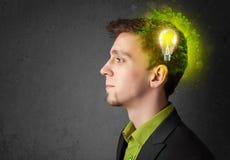 Barnet är besvärad att tänka av grön ecoenergi med lightbulben Royaltyfria Foton