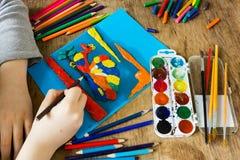 Barnet är förlovat i kreativitet royaltyfria foton