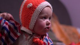 Barnet är iklädd vinterkläder arkivfilmer