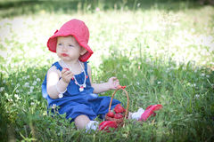 Barnet äter jordgubben i sommar Royaltyfri Foto