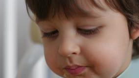 Barnet äter soppa med en järnsked lager videofilmer