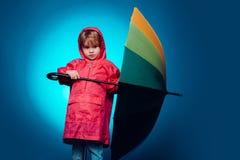 Barnet annonserar din produkt och tjänst Gullig pojke för litet barn som bär i höstkläder på höstregndag Unge in royaltyfri fotografi