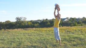 Barnet avlar att kasta upp hans utomhus- lilla son Farsa som spelar med hans barn på naturen Lycklig familj som spenderar tid Arkivbilder