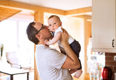 Barnet avlar att rymma hans gulligt behandla som ett barn sonen i armarna Royaltyfri Bild