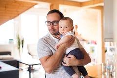 Barnet avlar att rymma hans gulligt behandla som ett barn sonen i armarna Royaltyfria Bilder