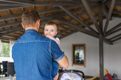 Barnet avlar att rymma hans gulligt behandla som ett barn sonen i armarna Arkivfoto