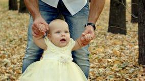 Barnet avlar för en gå i en höst parkerar med behandla som ett barn Royaltyfria Foton