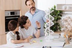 Barnet avlar förklaring av aningen av DNA:t till hans barn Arkivfoto