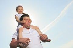 Barnet avlar med hans dotter som är utomhus- på en sommar arkivfoton