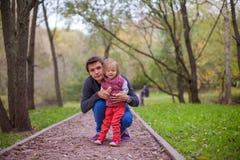 Barnet avlar med hans gulliga lilla dotter in Arkivfoto