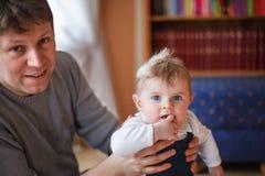 Barnet avlar och behandla som ett barn lite pojken av halvåret Royaltyfri Fotografi