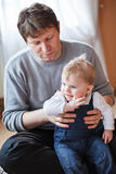 Barnet avlar och behandla som ett barn lite pojken av halvåret Arkivbilder