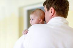 Barnet avlar, och hans lilla gulliga nyfött behandla som ett barn dottern tillsammans i brunnsorthotell Royaltyfri Bild