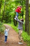 Barnet avlar och hans två lilla ungar som har gyckel royaltyfri fotografi