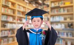 Barnet bär ett ryschigt uttryckte hans fröjd på framgången till eduen arkivfoton