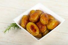 Barnet bakade potatisen arkivbilder