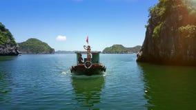 Barnet bantar damen Makes Selfie på fartygpilbåge med den vietnamesiska flaggan stock video