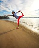 Barnet bantar kvinnan, övning på stranden på soluppgång Royaltyfria Bilder