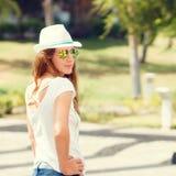 Barnet bantar kvinnan i den vita hatten på sommarsemestern Arkivbild