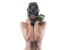 Barnet bantar kvinnan i gasmasken täckt bröst Royaltyfri Foto