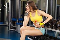 Barnet bantar kvinnan som övar i en idrottshall Royaltyfri Foto